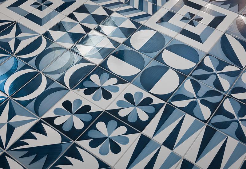 Piastrelle in maiolica blu ponti di francesco de maio. tile.expert